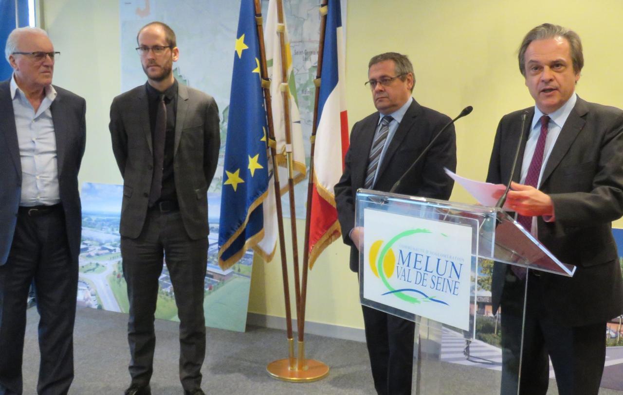 de droite à gauche, Louis VOGEL (Président de la CAMVS), Jérôme GUYARD (Maire de St-Fargeau-Ponthierry), François CORRE (DG d'Aménagement 77), André DESROSIERS (PDG de BDM); lors de la signature de la convention de partenariat entre les 4 acteurs en décembre 2017